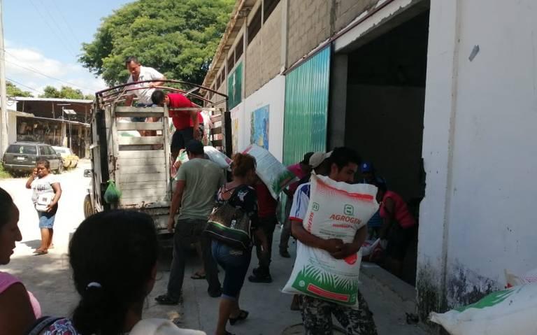 Campesinos abren bodega en Atoyac y se llevan el fertilizante