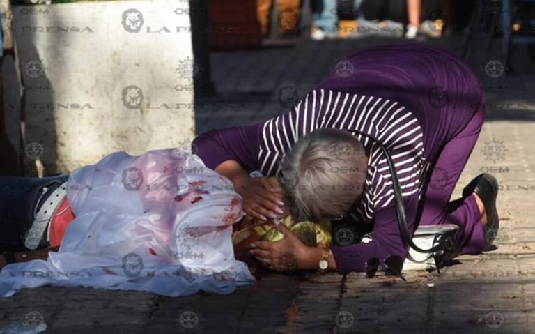 Madre llora por su hijo acribillado en la Guerrero