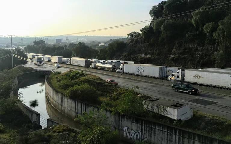 Caos vial en la México-Querétaro; lleva más de 10 horas bloqueada por campesinos
