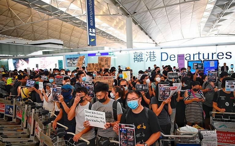 Manifestantes de Hong Kong toman nuevamente el aeropuerto internacional