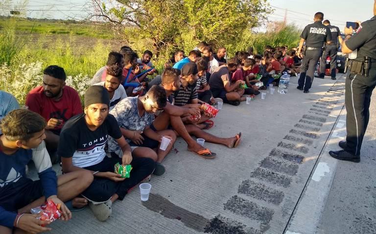 Rescatan a 65 migrantes abandonados en un tráiler en Veracruz