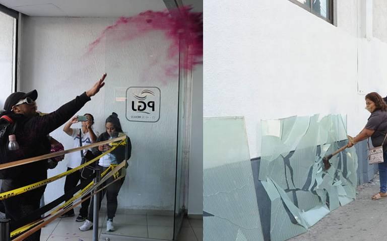 Manifestantes lanzan diamantina y tiran billetes falsos en la PGJ