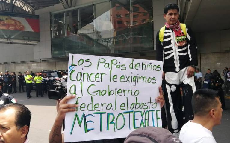 Manifestantes bloquean terminal 1 del AICM; exigen atención a niños con cáncer