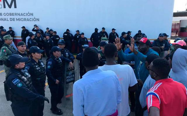 Federales agreden a periodista de OEM durante protesta de migrantes africanos