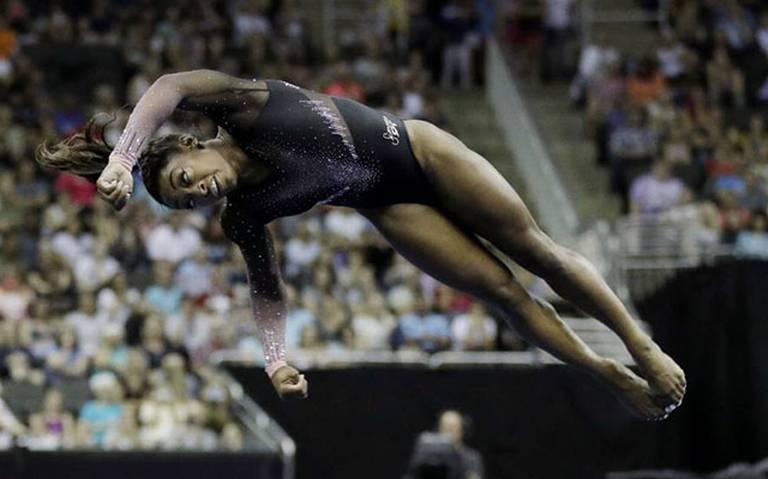 [Video] ¡Simone Biles se vuelve la primera gimnasta en lograr un triple doble en rutina de piso!