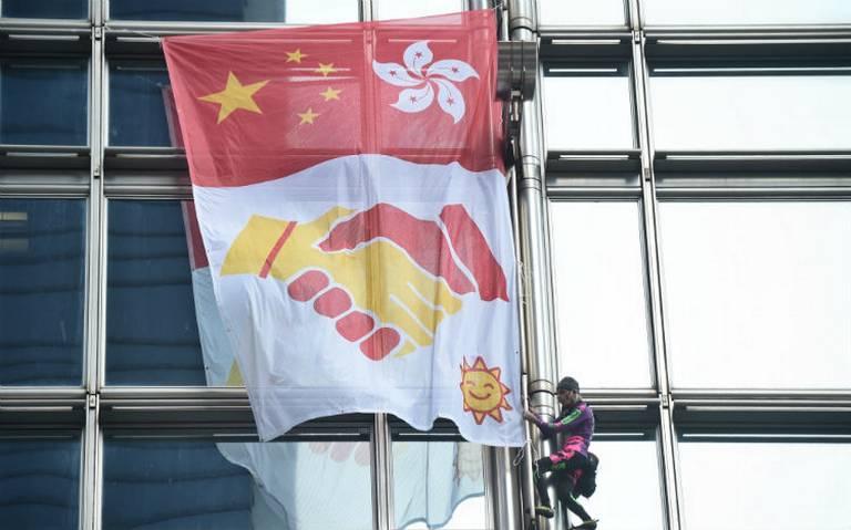"""""""Spiderman"""" francés despliega bandera por la paz en rascacielos de Hong Kong"""