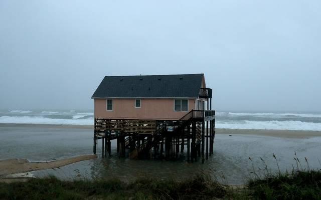 Dorian toca tierra en Carolina del Norte como huracán categoría 1