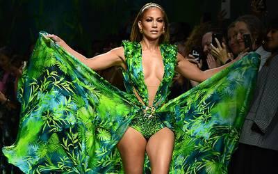 Jennifer López enloquece al Milan Fashion Week con vestido verde de Versace