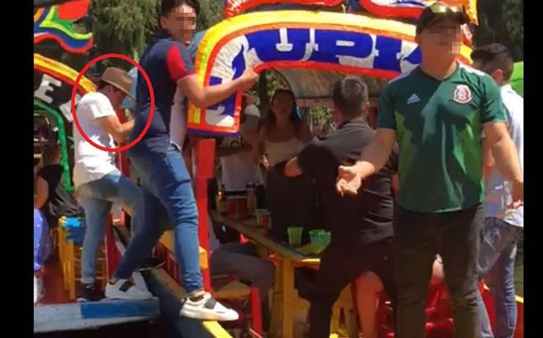 [Video] Captan momento en que joven cae de trajinera en Xochimilco