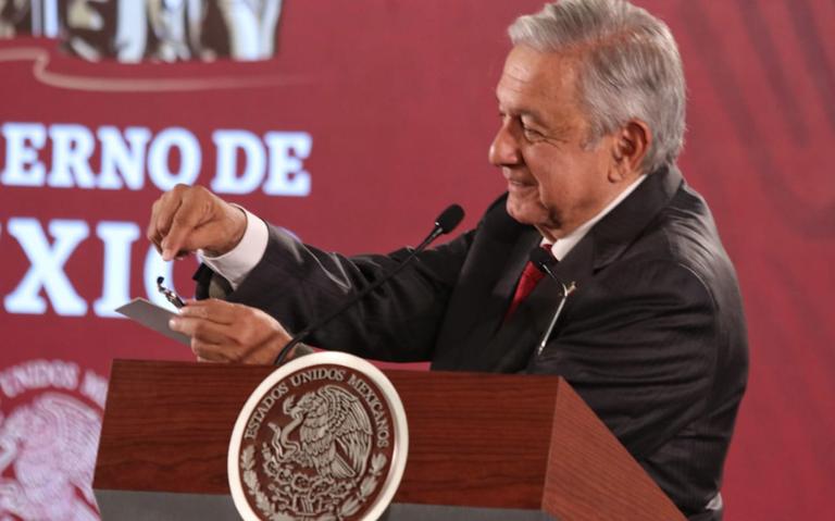 AMLO muestra la cámara de espionaje que hallaron en Palacio Nacional
