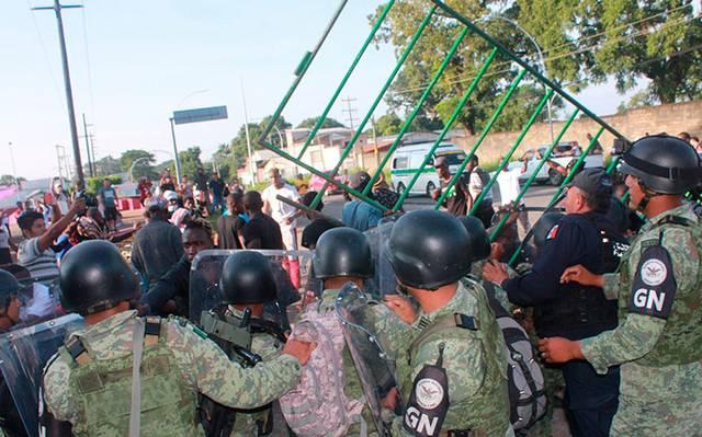 Se enfrentan policías y migrantes en estación migratoria Siglo XXI