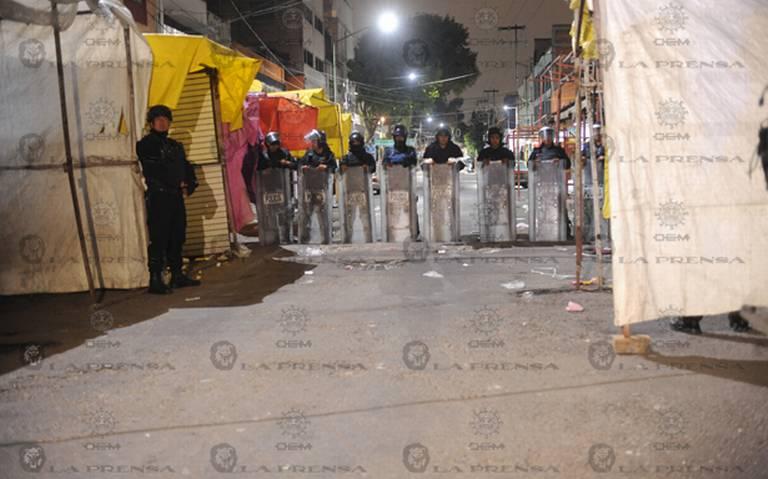 Retiran cientos de puestos semifijos en Tepito