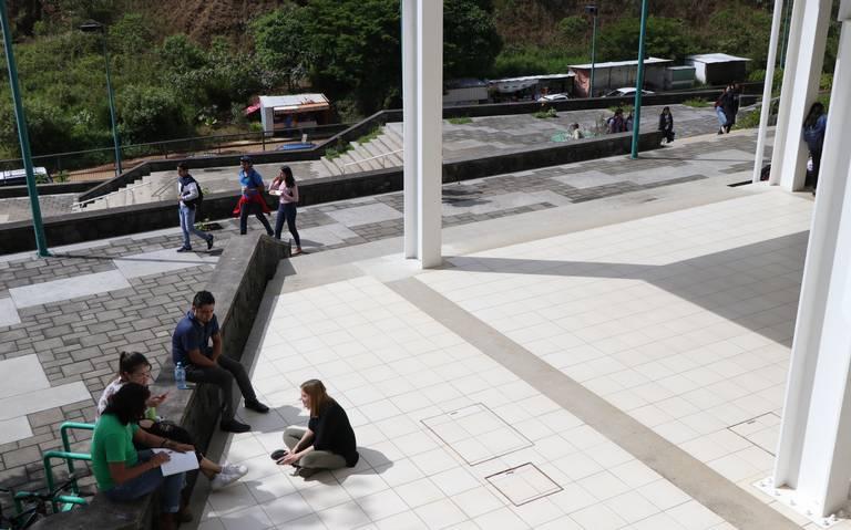 Escuelas privadas de Xalapa explotan a egresados, denuncian pedagogos