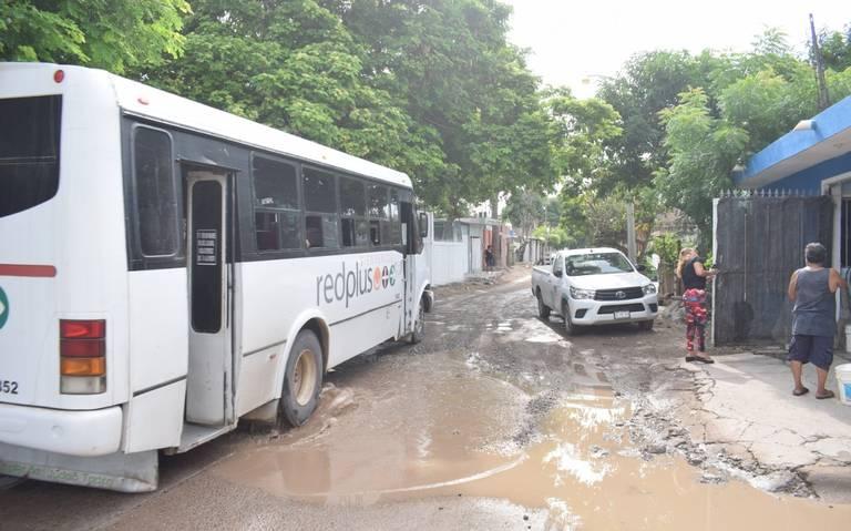 Vecinos exigen pavimentación de calle encharcada