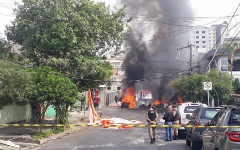 [Video] Tres muertos al caer avioneta sobre vehículos estacionados en Brasil