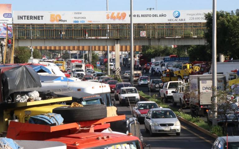 Transportistas realizan bloqueos carreteros en todo el país