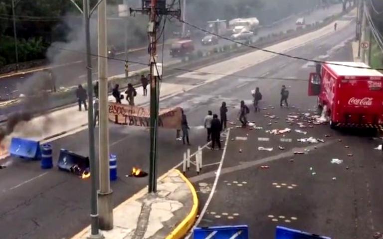 Destrozos y caos vial tras bloqueo de encapuchados en Insurgentes Sur
