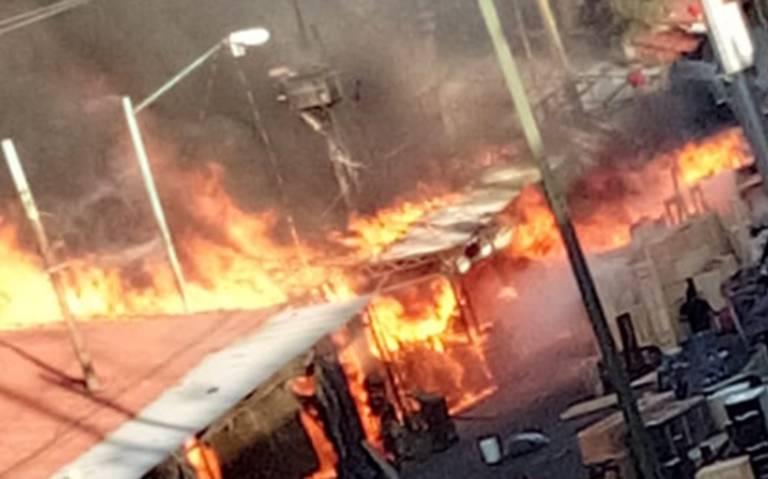 Incendio devora locales de muebles rústicos en Iztapalapa