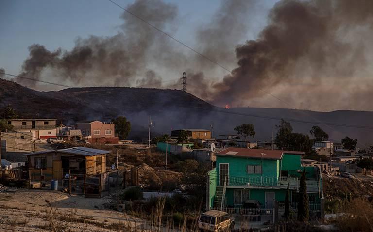 Por incendios en BC suspenden clases y cierran autopista Tijuana-Ensenada