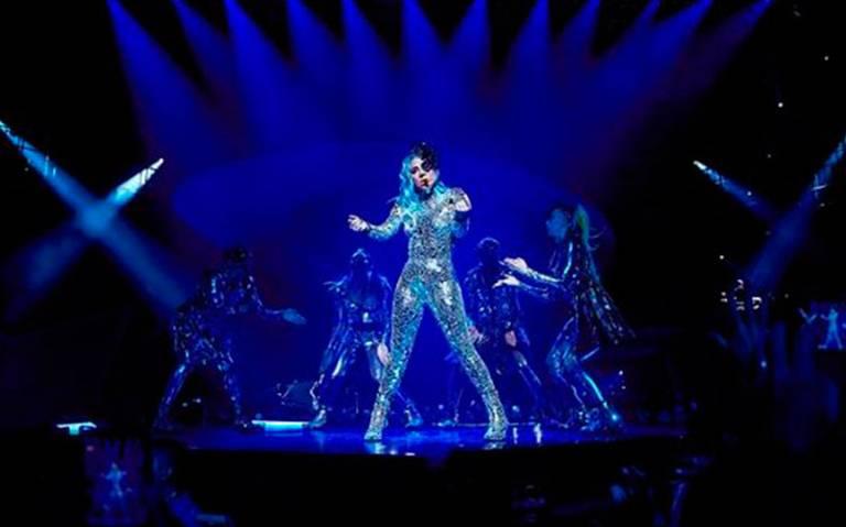 ¡A la Juanga! Tremenda caída sufre Lady Gaga en pleno show