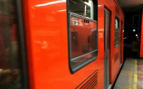 Mujer se corta yema del pulgar al sujetarse de la puerta del Metro