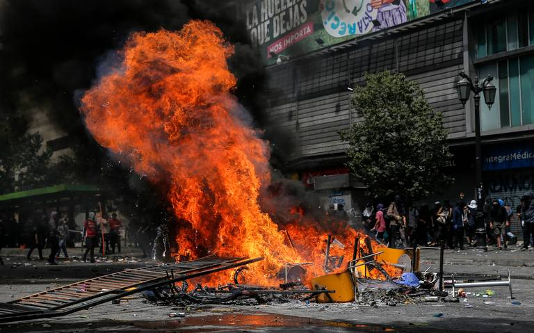 Por quinto día consecutivo, decretan toque de queda en Santiago, Chile