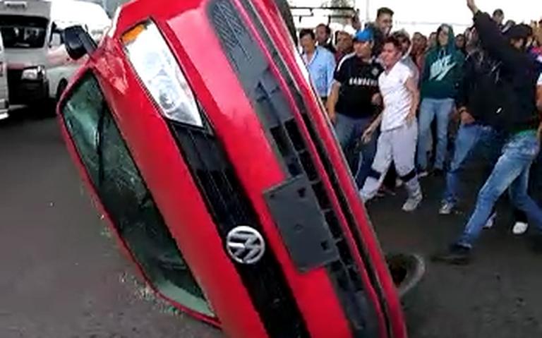 Transportistas enloquecen y vuelcan auto de Uber en Morelia