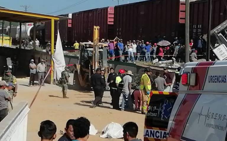 Tren embiste a camión de pasajeros, hay al menos 8 muertos