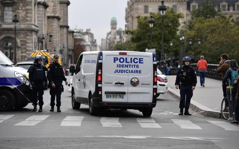 Hombre ataca con arma blanca a policías en París; hay cuatro muertos