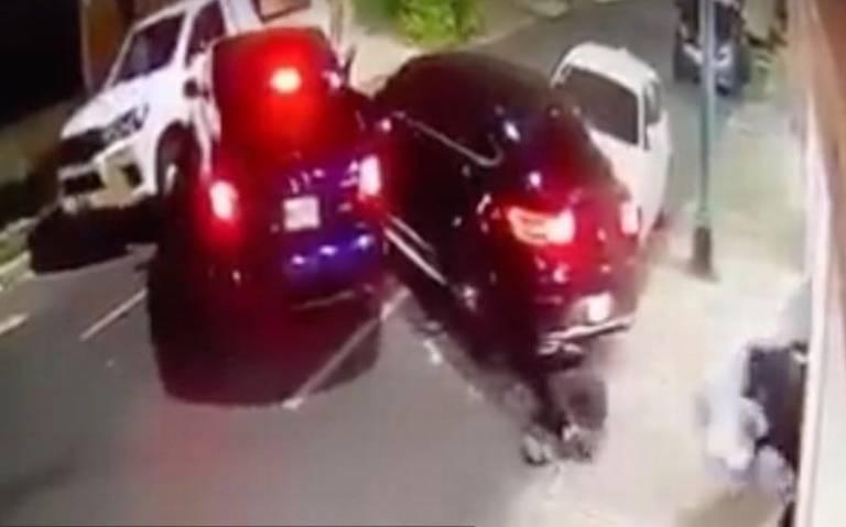[Video] Conductor aplasta a rateros que intentaron robarle su auto