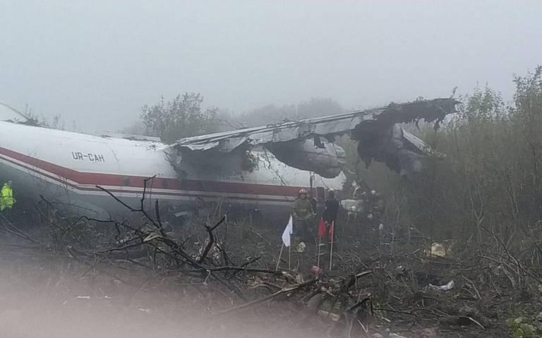 Avión se desploma en Ucrania, deja al menos cinco muertos