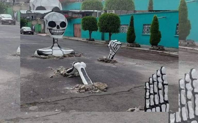 Calaveras gigantes salen de ultratumba para cubrir baches en Tláhuac