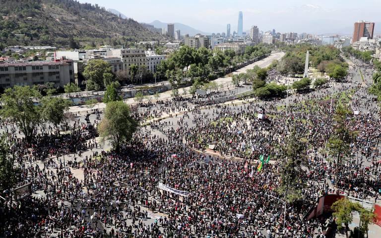 Piñera propone acuerdo político, pero toque de queda se extiende en Chile