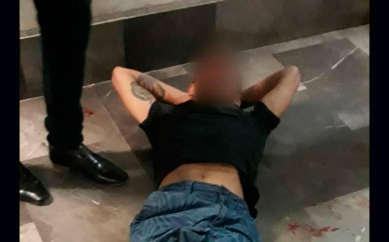 Cayó aparatosamente de escalera en el Metro con todita la cara por delante