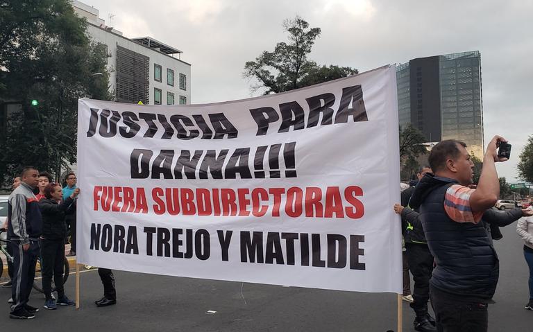 ¡Precaución! Padres de familia bloquean avenida Chapultepec