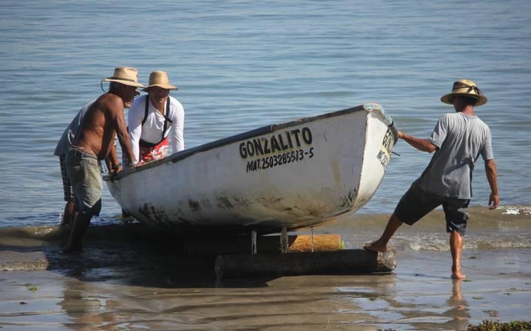Pescadores se reportan en crisis por marea roja en las playas de Mazatlán