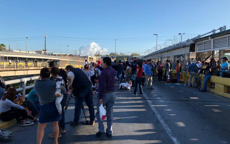 Migrantes mantienen cerrado Puente Nuevo Internacional en Matamoros