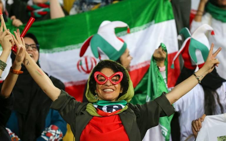 Mujeres iraníes asisten libremente a un partido de futbol por primera vez