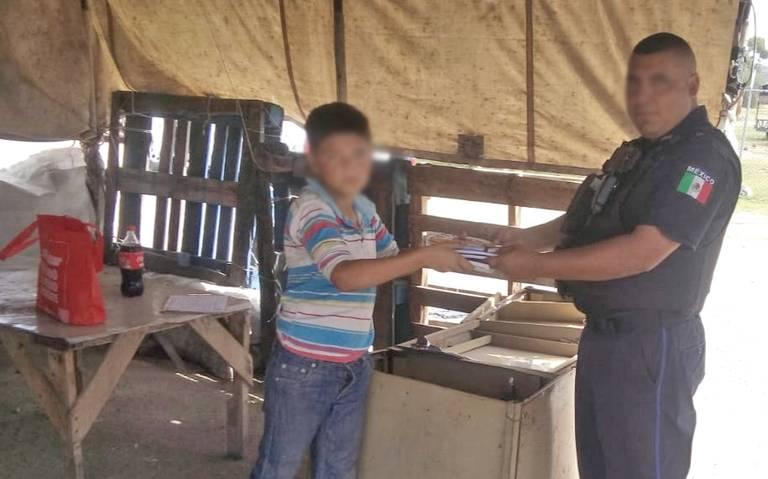 Más allá de la violencia: Estatales de Aguascalientes regalan útiles a un niño