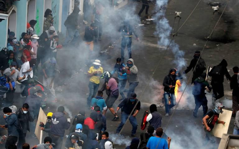 Presidente de Ecuador decreta toque de queda y militarización en Quito