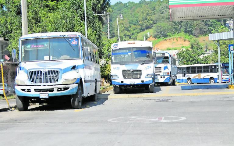 Camioneros paran unidades por crisis; exigen aumento al pasaje