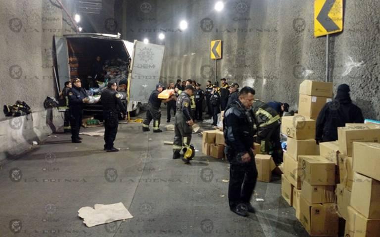 Volcó camión por exceso de velocidad en deprimido de Avenida Río Mixcoac