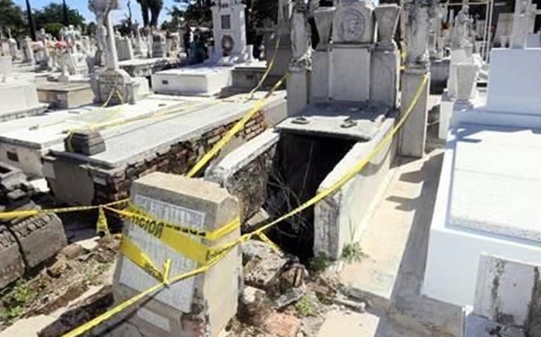 Tumba abierta causa terror a dos mujeres que cayeron en ella
