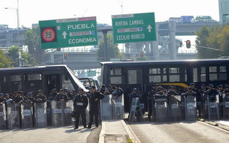 Policía capitalina mantiene encapsulados a manifestantes