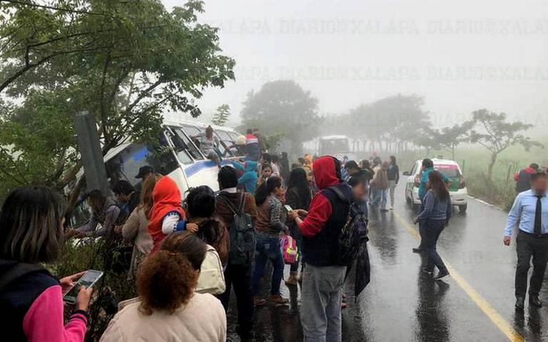 [Video] ¡Se salvan pasajeros! Autobús estuvo a punto volcar en terreno a desnivel