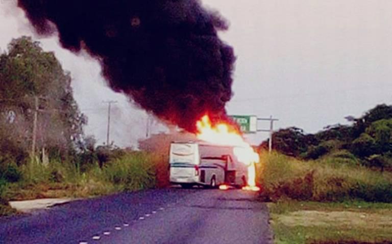 Sujetos armados incendian camiones en carretera Acapulco-Zihuatanejo