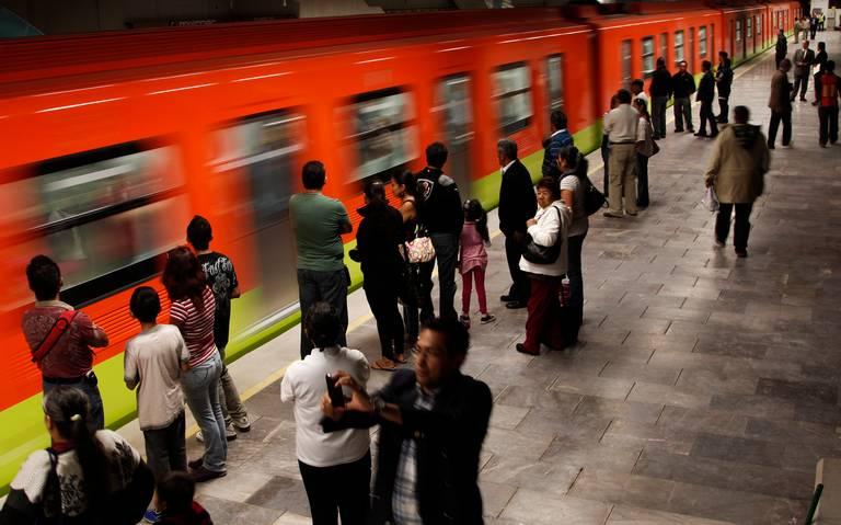 Usuario intenta salir por ventana de vagón del Metro en estación Tacubaya
