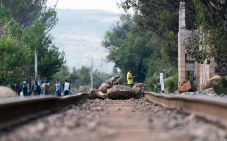 Paran 14 trenes de KCSM por bloqueo de normalistas en Michoacán