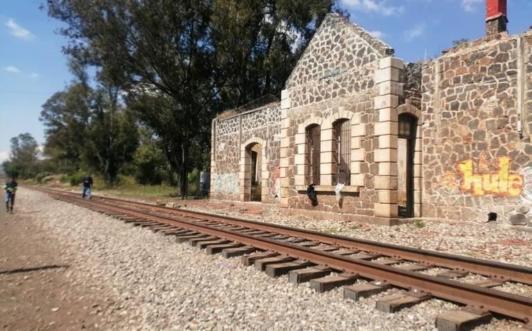 Normalistas liberan vías del tren en Michoacán
