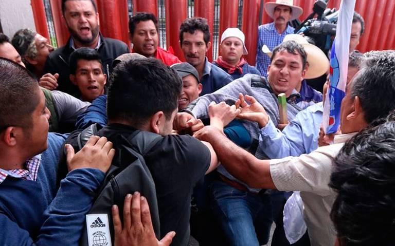 Campesinos desatan trifulca afuera de San Lázaro